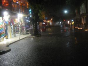 5th avenue night rain courtesy of somosplayadelcarmen.com